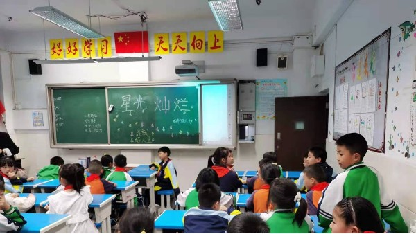 校园做好近视防控,该如何为学生打造教室优质照明光环境?